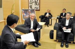 山口祥義知事(左)に要望書を提出し、意見を交わす県商工会議所連合会の井田出海会長(中央)=県庁