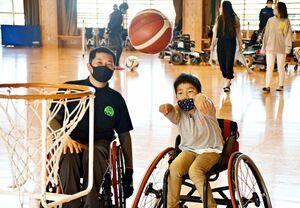 車いすバスケットボールを体験する参加者=小城市の芦刈観瀾校体育館