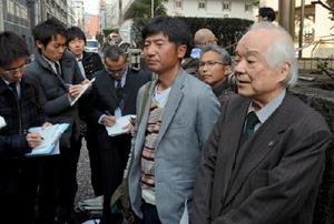 和解協議の決裂を受け、「長崎地裁は解決に向けた積極的な努力をしなかった」と語る馬奈木昭雄弁護団長(右)=長崎市の長崎地裁前