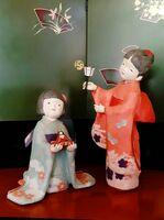旧唐津銀行で展示するこぼりかおるさんが手掛けた創作の紙人形(唐津市提供)