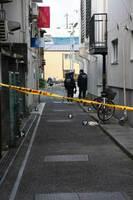 殺人未遂事件が発生したとみられる現場周辺を捜査する警察官ら=27日午前6時10分ごろ、佐賀市白山2丁目(写真の一部を加工しています)