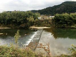 松浦川の川底をくぐらせて取水する馬ノ頭井堰