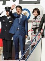 ロシアへ向け羽田空港を出発する安倍首相と昭恵夫人=21日午後