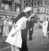 1945年8月14日、ニューヨークのタイムズスクエアで対日戦勝を喜び女性にキスする水兵。ライフ誌の掲載写真と同じ場面を海軍カメラマンが撮影した(米海軍提供・AP=共同)