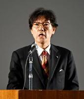 人権集会で、差別の撤廃に向けた佐賀新聞社の取り組みを報告した富吉賢太郎専務取締役=県総合体育館