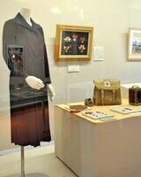 出征時に着用した日本赤十字社の看護婦制服や救護に使った照明などを展示する