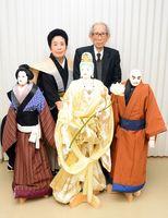 人形を寄贈した鳥越さん(右)と受け取った保存会の竹本さん=唐津市の相知交流文化センター
