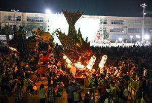 映画「花筐」の撮影で、ずらりと並ぶ唐津くんちの曳山=7日夜、唐津市の旧大成小グラウンド