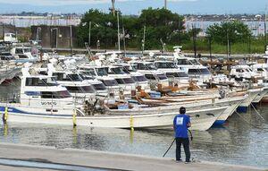台風14号の接近に備え、ロープで固定された漁船=16日午後5時すぎ、佐賀市川副町の戸ケ里漁港