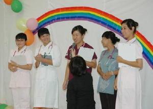 牛津高の生徒らも出演した白衣のファッションショー=佐賀市久保田町の県看護協会看護センター