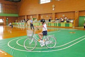 S字カーブのコースから出ないように運転する児童=佐賀市立体育館(提供)