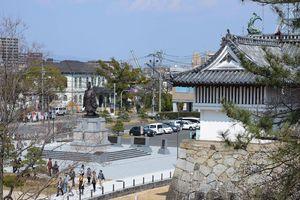佐賀城二の丸跡に立つ鍋島直正像。佐賀藩は直正の下で西洋の科学技術を取り入れ、近代化を推し進めた=佐賀市城内
