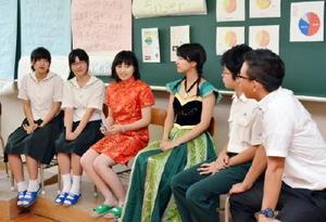 2、3年生と教師が18歳選挙権について議論したトークイベント=佐賀市の弘学館高