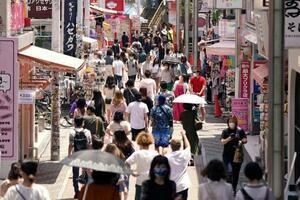 東京・原宿の竹下通りを歩く人たち=30日午前