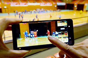 4台あるカメラから好みのアングルを選んで観戦できる「マルチアングル視聴」の画面=6日午後3時20分ごろ、佐賀市のSAGAサンライズパーク総合体育館大競技場