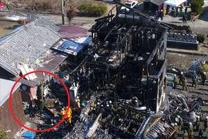 陸上自衛隊のAH64D戦闘ヘリコプターが墜落した住宅。左側赤丸内に機体の一部=神埼市千代田町(2018年2月6日午前11時頃)