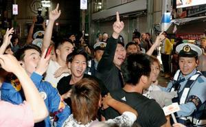 東京・渋谷で本田の同点ゴールを喜ぶサポーター=25日未明