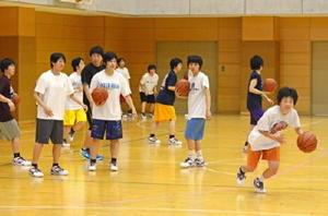 6連覇を目指し、練習に熱が入るバスケットボール女子の清和の選手たち=佐賀市の同校体育館
