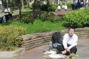 周辺の景色をスケッチする生徒ら=佐賀市唐人町