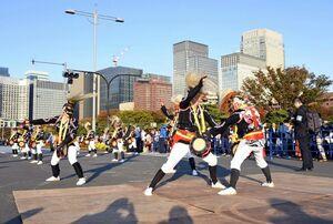 天皇陛下即位の祭典で伝統芸能パレードに参加した鹿島市の母ヶ浦面浮立=東京・千代田区の皇居周辺
