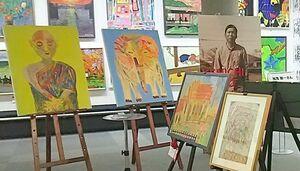 次席に選ばれた佐賀県障がい者文化芸術展では作品とともに等身大の写真パネルも展示=昨年12月、県立美術館