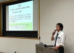 不登校生徒や保護者向けにスライドを使って説明する学校関係者=小城市三日月町のドゥイング三日月