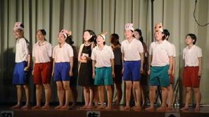 劇中で戦争の悲惨さを後生に伝える大切さを訴える部員たち=佐賀市の東与賀小学校