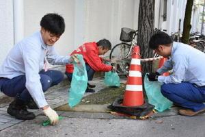 熱気球世界選手権開幕を翌日に控え、一斉清掃した参加者たち=佐賀市のJR佐賀駅周辺