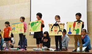 楽しかった学校の思い出を絵で紹介する1年生=伊万里市波多津町の波多津小学校