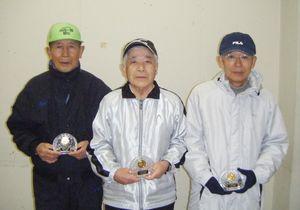 大和町元旦健康マラソン大会に40回連続で出場し、記念品を受け取った(左から)宮木洋之さん、横尾信雄さん、力武正憲さん=佐賀市大和支所