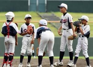 準決勝・千代田西部少年-鹿島少年 5回裏鹿島少年1死満塁のピンチでマウンドに集まる千代田西部少年ナイン=みどりの森県営球場