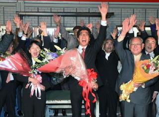 武雄市長に小松氏 経験と若さで浸透