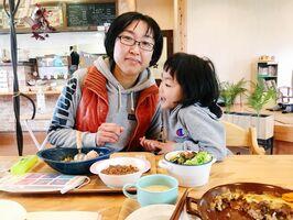 芽依ちゃんの子育てとともに地域活動に取り組んでいる岩本美樹さん=唐津市内のカフェ