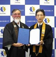 平尾晴久組長(左)と後藤明信学長=鳥栖市村田町の九州龍谷短大