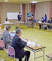 武雄市の文化のまちづくり構想案の策定に向けて協議を始めた「文化のまちづくりデザイン会議」=市文化会館
