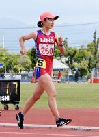 陸上女子5000メートル競歩 23分36秒04の県新記録で優勝した伊万里実の野口ののか=佐賀市のSAGAサンライズパーク運動場補助競技場