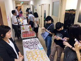「食の商談会」では品評会も開催され、大学生らが試食した感想をスマートフォンで書き込んだ=長崎市のメルカつきまち(提供写真)