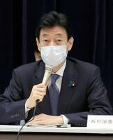 基本的対処方針分科会で発言する西村経済再生相=17日午前、東京都千代田区