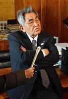 玄海原発3、4号機の再稼働への同意について、議会後に報道陣の質問に答える岸本英雄町長=東松浦郡玄海町役場