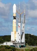 発射地点に移動する、無人補給機「こうのとり」8号機を積んだH2Bロケット=10日午後、鹿児島県の種子島宇宙センター