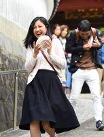 恒例の皿かぶり競争で、頭から滑り落ちた皿をつかみ、思わず笑みを見せる参加者=1日、有田町幸平の桂雲寺前