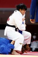女子78キロ級準決勝 ドイツのアナマリア・ワーグナー(下)に関節技で一本勝ちした浜田尚里=日本武道館