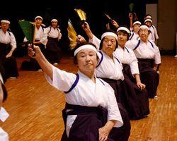 はかま姿で「はがくれ武士」を踊った日新地区のグループ=佐賀市の諸富文化体育館