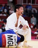 男子81キロ級決勝 モンゴルのサイード・モラエイ(下)を破り、優勝した永瀬貴規=日本武道館