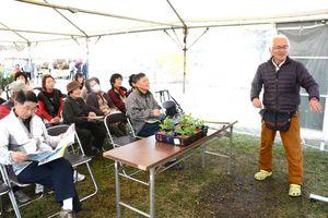 夏野菜の育て方を指南した中川シードの中川達也社長(右)=神埼市郡の吉野ケ里歴史公園
