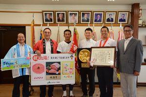 農産物を贈った佐賀県農業協同組合の大隈博義常務理事(左から2人目)ら関係者=佐賀商高応接室