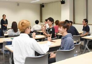 あいさつの手話を学ぶ学生ら=佐賀市の県聴覚障害者サポートセンター