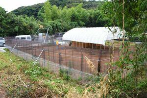 葉タバコを作っていた耕作放棄地を活用し、手作りで建てたエミューの飼育場=唐津市屋形石
