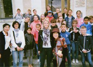 仏ボークール市の小学校を訪れた権藤千秋さん(手前中央の右)
