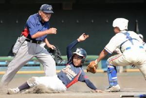 1回戦・基山ファイターズ―川副少年 激しいクロスプレーをみせる両チームの選手=佐賀市のみどりの森県営球場